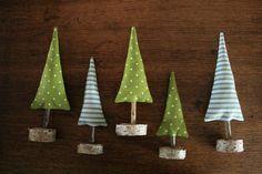 Weihnachtsdeko: Kleine Tannenbäume aus Stoff mit Holzfuß / christmas decoration, little christmas trees out of fabric by hoppel-di-hopp via DaWanda.com