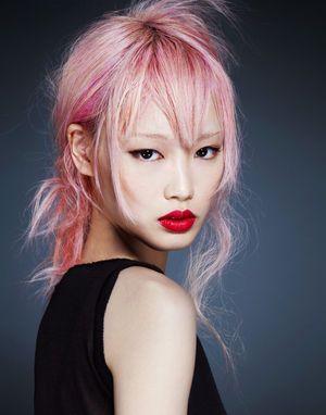 パリコレデビューを果した18歳のピンクヘアー新星モデルです。ヴィトンのデザイナーのゲスキエールに見出されたとされている2016年に注目のピンクヘアの中国系オース...