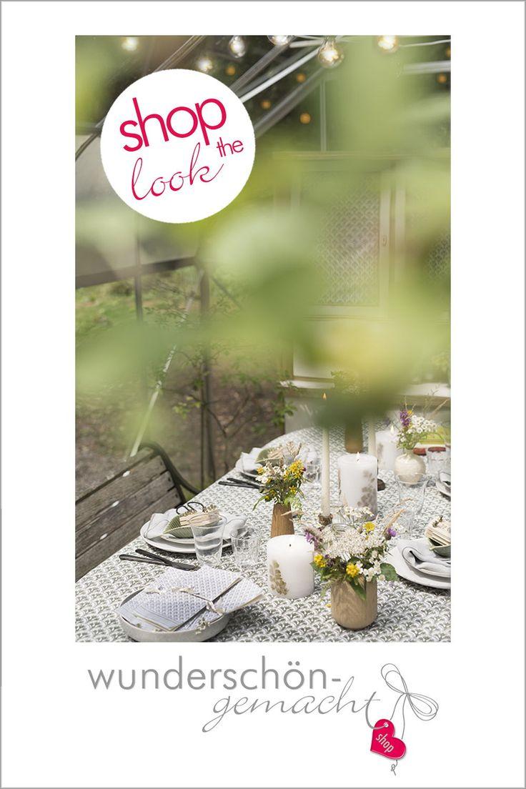 Sommerfest Tischdeko mit Wiesenblumen und Farn-Kerzen im Garten Glashaus.
