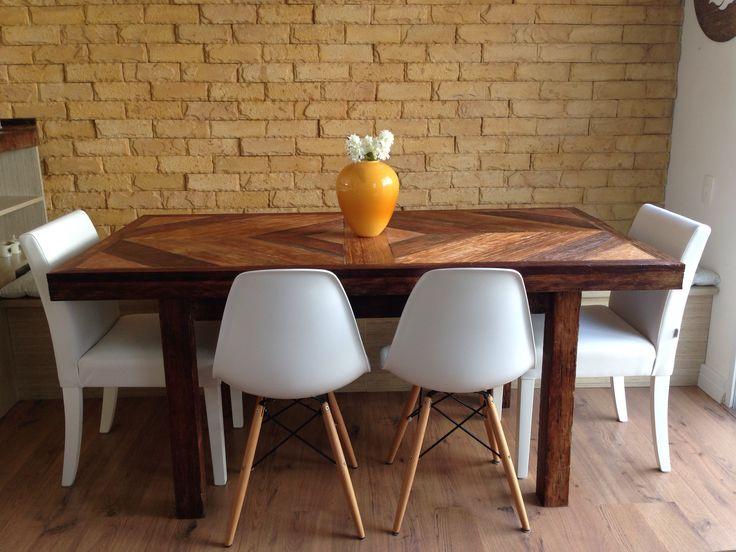 Mesa Sala De Jantar Retro ~ Mesa de jantar de madeira de demolição, com cadeiras brancas