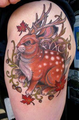 Tatuagem com Coelho com chifres de veado no braco