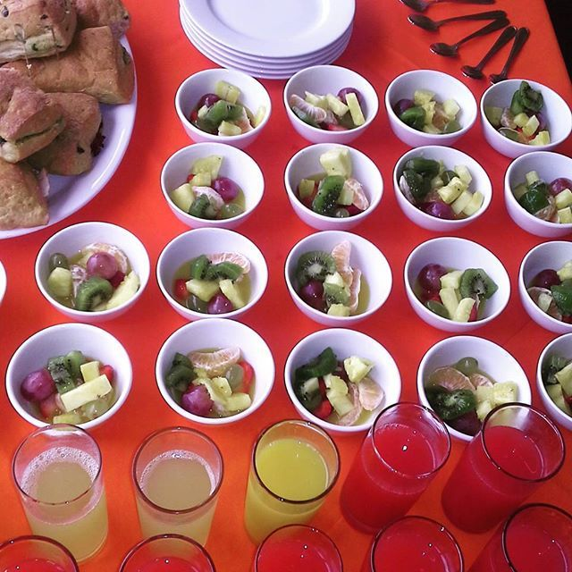 Frugal almuerzo y coffee breaks para los asistentes del taller de una ONG en Viña del Mar. Fresco, saludable y muy rico 😊👌☕️🍓🍍🍇🍊🍋 #catering #banquetería #curaumacatering #almuerzo #lunch #coffeebreak #café #yummy #taller #mileschile #viñadelmar #frugal #fruits #frutas