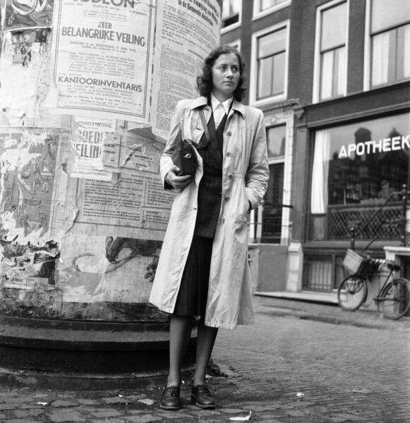 Ingeborg Kahlenberg met 16 mm. camera in tas (gereconstrueerde opname na de oorlog), Amsterdam (eind mei 1945)