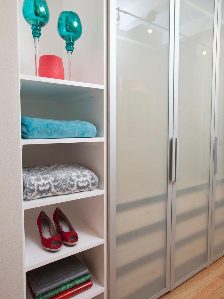 Dit eigentijdse slaapkamer kast heeft ingebouwde opslag met open rekken en ondoorzichtig deuren die een schone en verfijnde look om uw spullen te ordenen. minder ...