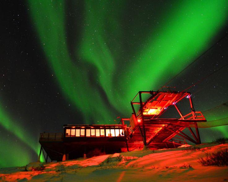 Makan malam memikat plus tur di Aurora Sky Station. Santap malam ini menyajikan fenomena langit yang memukau di Taman Nasional Abisko, Swedia. (Foto: Aurora Sky Station)