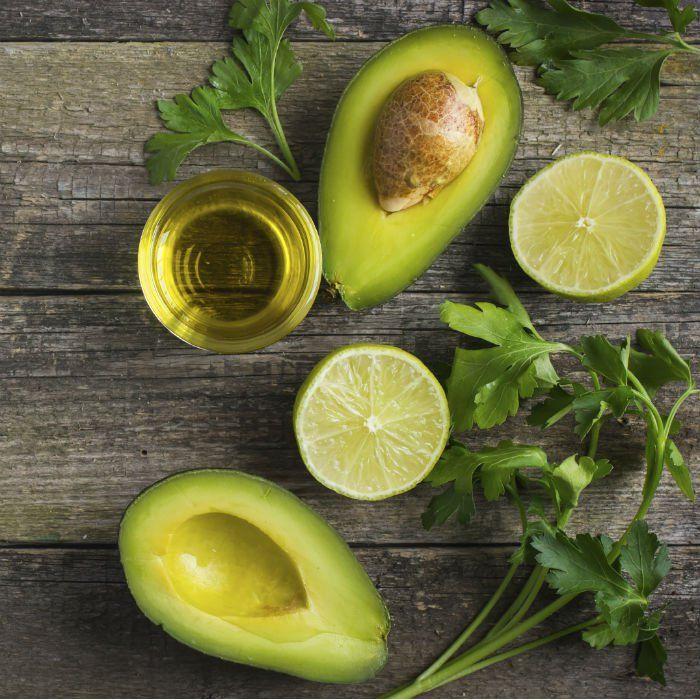 Contrairement à ce que l'on pourrait penser, l'huile d'avocat est extraite de la chair du fruit, et non de son noyau. Les populations aztèques s'en servaient déjà pour protéger leur peau des agressions extérieures. Aujourd'hui encore, elle est un partenaire beauté d'une richesse incroyable.