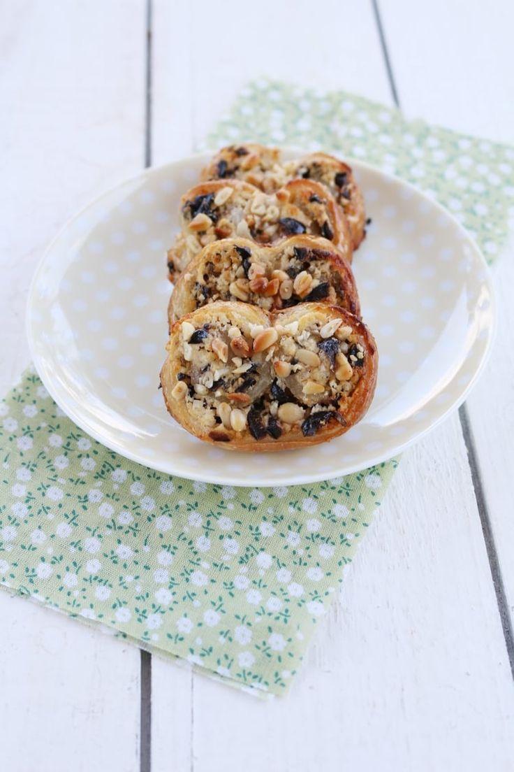 Biscuits palmiers feuilletés au chèvre frais, olives et pignons de pin