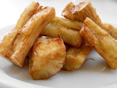 Suruname: Gefrituurde cassave (singkong goreng) Ingredients 2 cassava roots 1,5 tl zout 3 teentjes knoflook (minced) OF 2 tl knoflookpoederr 1 tl ground coriander water oil for frying Bereidingswijze: 1. Schil de cassava schil en verdeel de lengte van de cassavewortel in 4 (ongeveer 2-2,5 inch). Als de wortel dik is, snij dan nogmaals door de helft.