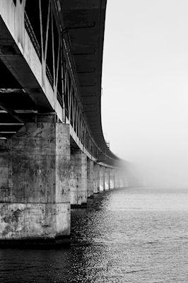 Magnus Moberg - Begränsad sikt. Black and white bridge over the water.