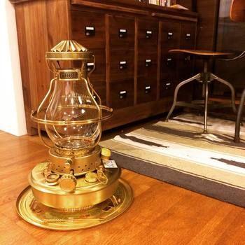 「ニッセン」の愛称で親しまれている「日本船燈」。船で使用される航海灯や空港照明などを取り扱うメーカーであるニッセンからは、真鍮製の石油ストーブを紹介。