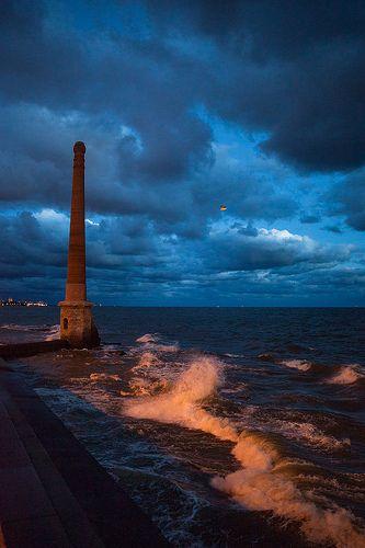 Cautivante e imponente cielo moteado desde La Chimenea, ubicaod en Rio de la Plata, Montevideo, Uruguay
