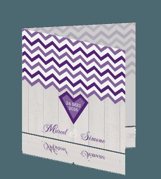 Hippe trouwkaart met hout en paarse chevron strepen. #trouwkaarten #huwelijkskaarten #bruiloft