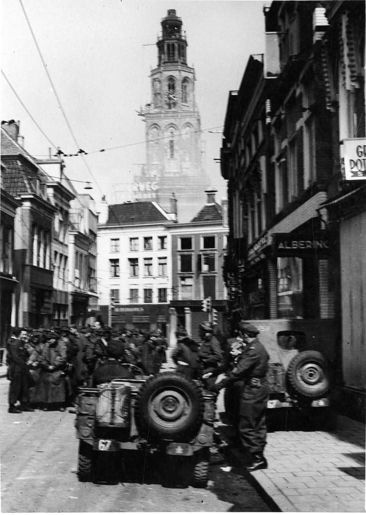 Wonder boven wonder is de Martinitoren – hier gezien vanuit de Oosterstraat – gespaard gebleven tijdens de bevrijding in de aprildagen van 1945. De steigers die zichtbaar zijn op de foto, waren daar al ver voor de oorlog geplaatst. Men was namelijk al vanaf 1936 bezig met een groot restauratieproject van de toren. Lees meer over de bevrijding van Groningen op: http://www.deverhalenvangroningen.nl/alle-verhalen/de-bevrijding-van-groningen