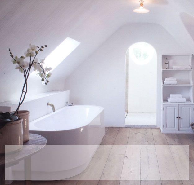 Witte badkamer met houten vloer home pinterest met - Badkamer houten vloer ...