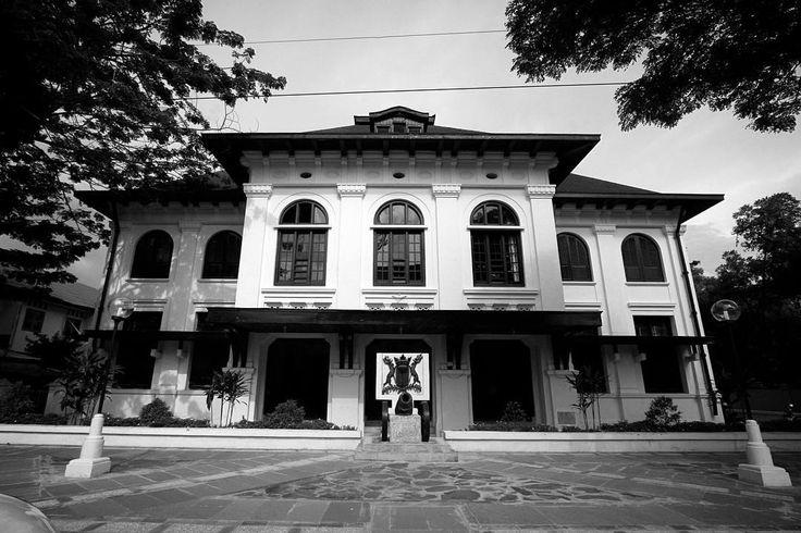 Bangunan didominasi oleh warna putih, sedangkan atapnya berwarna merah marun menjadi ciri khas utama dari Museum Kota Makassar yang diresmikan pada 7 Juni 2000.[Photo by instagram.com/firmayusi_fp]