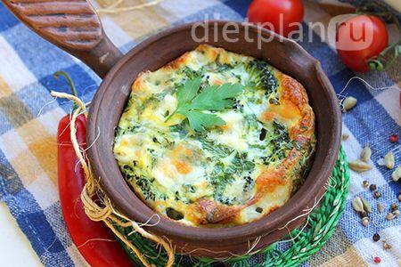 Запеканка из брокколи – диетический завтрак  Брокколи, помимо питательной ценности, известна своими противоопухолевыми свойствами. Если вы следите за здоровьем, старайтесь как можно чаще включать брокколи в свое меню. К тому же, эта капуста низкокалорийна – всего 34 ккал на 100 гр.  Ингредиенты: - брокколи – 300 г; - яйца куриные – 4-5 шт.; - молоко – 100 мл; - петрушка – 2-3 веточки - моцарелла – 100 г; - оливковое масло – 3 г (только для смазывания формы); - соль (желательно взять морскую)…