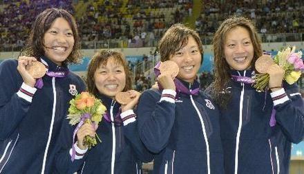 女子400メートルメドレーリレーで銅メダルを獲得した(左から)上田、加藤ゆか、鈴木、寺川=水泳センター(共同)