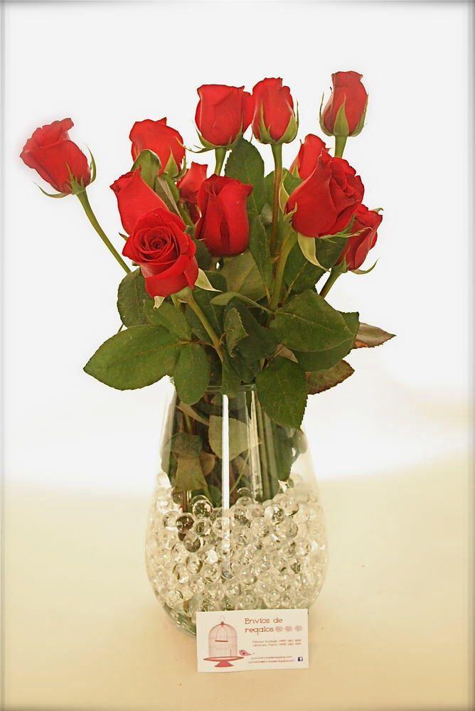 rosas finamente acomodadas en un lindo florero de cristal