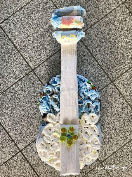 Windeltorte DIY Geburt Anleitung Gitarre
