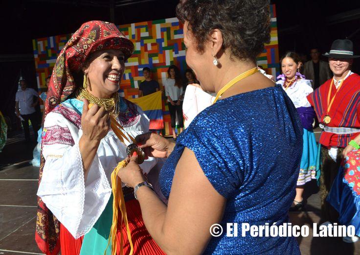 """La dirigente dominicana y candidata al Parlanet de Cataluña Reyna Sosa entregó en nombre de la Asociación ACEDICAR la medalla de reconocimiento a una de las artistas que participaron con su grupo en tarima. La Asociación ACEDICAR como cada año presentó a los mejores artistas ecuatorianos y latinos en tarima durante la Muestra de Asociaciones organizado por el Ajuntamet de Barcelona y que llevó este año lema de """" Ecuador, entre ilusiones y fantasías"""". El evento se enmarca dentro de las…"""