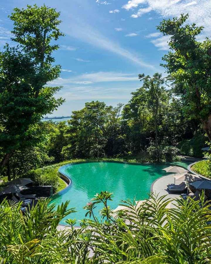 Cappela Singapore, um dos hotéis mais exclusivos em Cingapura, tem esta piscina inspirada nos terraços de arroz de Bali. Saiba mais no blog.