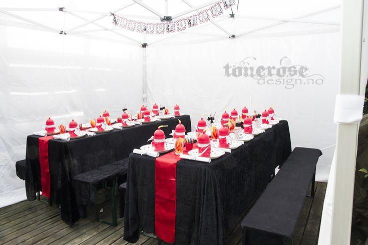 Firemanparty =) Brannmannbursdag - bord og benker dekket med svart stoff fra jysk og pyntet til brannmannbursdag. Benkesett fra FestFabrikken + popup telt =)