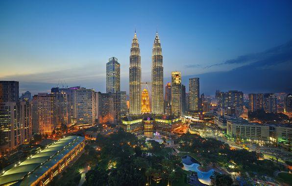 Фото обои парк, Малайзия, башни-близнецы Петронас, огни, Куала-Лумпур, сумерки, небо, горизонт