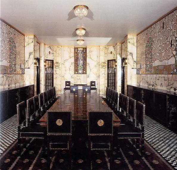 """Tra il 1905 e il 1909 Gustav Klimt si occupò su invito dell'architetto Josef Hoffmann della decorazione della sala da pranzo di Palazzo Stoclet a Bruxelles.  Il pittore lavorò a diversi cartoni che vennero utilizzati per realizzare la preziosa decorazione a mosaico.  Per le due pareti lunghe della sala da pranzo che misura circa sette metri  Klimt pensò a due immagini quasi speculari dove il tema  centrale  in entrambe le pareti è  """"l'albero della vita""""."""