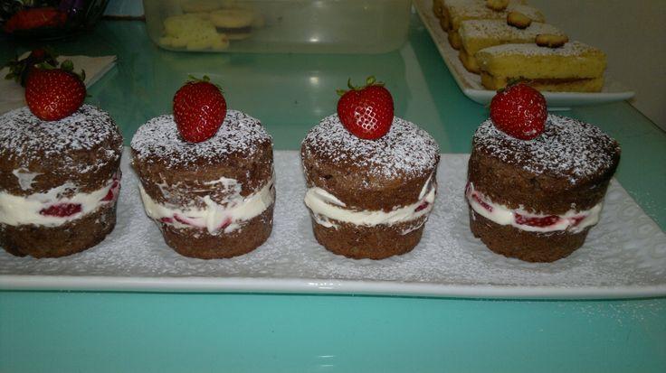 tortitas rellenas con crema batida y frutillas