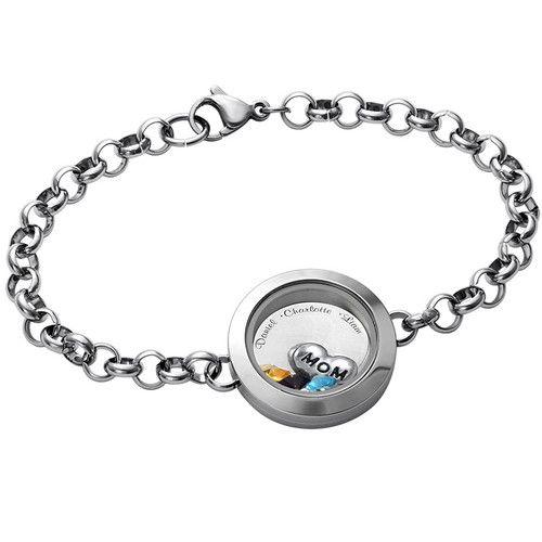 """Dieses Medaillon enthält ein Herzamulett mit der Aufschrift """"Mom"""" oder """"Grandma"""" plus bis zu 5 Geburtssteine Ihrer Wahl. Bitte beachten Sie, dass Amulette nicht zwischen Medaillons ausgetauscht werden können. Bitte wählen Sie Ihre Geburtssteinfarbe aus der untenstehenden Liste aus:Lassen Sie die Namen derjenigen auf die Silberscheibe in diesem Armband mit Medaillon eingravieren, die Ihnen am meisten bedeuten. Wählen Sie das Amulett und die Geburtssteine, die Sie in Ihrem Medaillon frei…"""