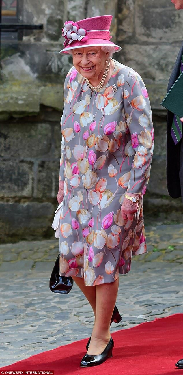 5-7-2017 koningin elisabeth To this: Later, the Queen slipped off her pink coat to reveal a pretty floral dress beneat...