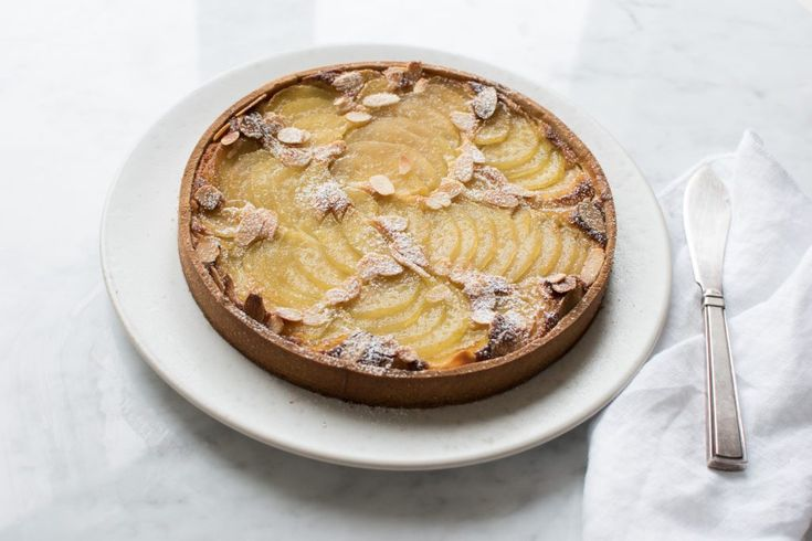 Tærte med ingefær pocherede pærer, frangipane og crème pâtissière