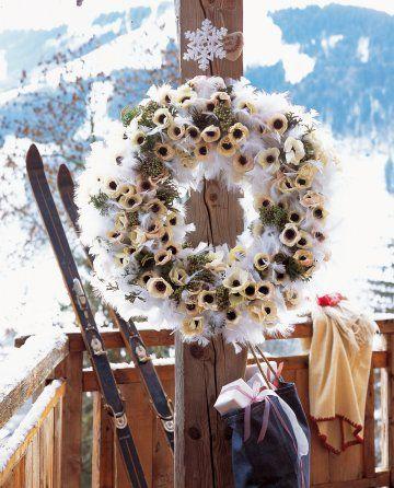 Une couronne de Noël en plumes et anémones / A Christmas wreath in feathers and anemones
