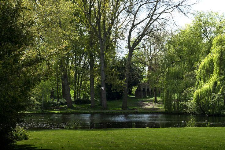 Nederland in foto's posted a photo:  Het Wantijpark in Dordrecht,  Dit echte stadspark is in 1937 ontworpen en aangelegd door de tuinarchitect D.F. Tersteeg, in het kader van de werkverschaffing. Het monumentale hek bij de hoofdingang is ontworpen door de Dordtse glazenier Wim Korteweg. Daarvoor bestond dit terrein uit grienden, moerassen en wilgen. Het diende ook als oefenterrein voor militairen, die hier schietoefeningen hielden. De resten van de oefenmuur, schietmuur voor Dordtenaren…