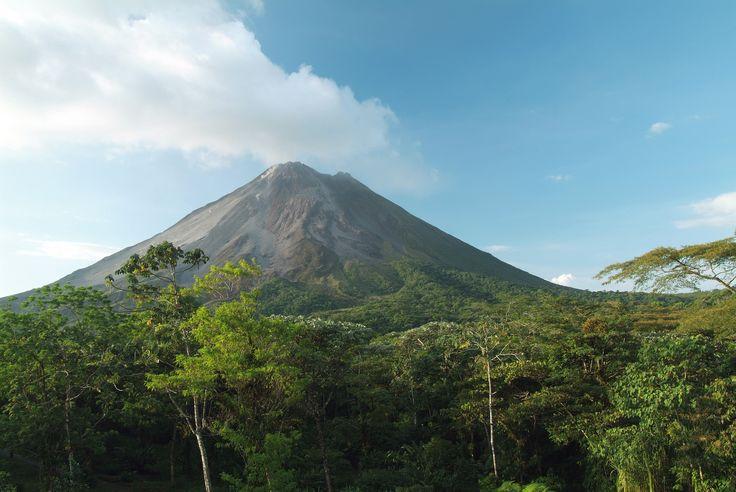 Vulkanen Arenal i Costa Rica er et imponerende syn med sin flotte kegleform, der rejser sig imod himlen. I området omkring vulkanen kan du tage på vandretur i lava-landskabet, opleve den frodige regnskov eller bade i de varme kilder, der bliver opvarmet af vulkanen.