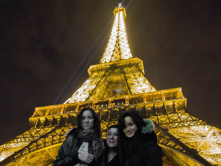 Pariisi Eiffel-tornin alla minä ja kaksi vanhinta tytärtäni.