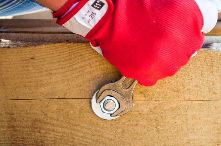 Riool ontstoppen Wanneer het water niet meer wegloopt, kun je in veel gevallen zelf maatregelen nemen. Door bijvoorbeeld soda in de gootsteen of het toilet te gooien en dit met kokend water weg te spoelen kun je lichte verstoppingen eenvoudig verhelpen. Maar je kunt ook speciale ontstopper kopen. Dit werkt vaak wat agressiever dan soda en maakt de leiding en …
