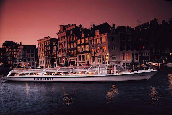 Maak een prachtige rondvaart in de avond met Rederij Lovers https://www.fijnuit.nl/1141/rederij-lovers