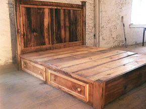 Le meilleur des deux mondes ! Les clients aiment notre plate-forme de style moderne, lit avec 4 tiroirs de rangement énormes, combinés avec le charme rustique d'une tête de lit pin antique. Les médailles d'or riches, les rouges et les bruns du bois apportent confort et chaleur à n'importe quelle chambre à coucher, que ce soit votre cabane dans les bois, votre chalet de montagne ou votre appartement de Manhattan !  Peut être fait avec des nombres différents de tiroirs et facilement les sauts…