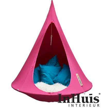 De Cacoon Fuchsia is de musthave van dit moment. De kleur Fuchsia was afgelopen jaar erg trendy en dit jaar gaan we er lekker mee door. Geef elke ruimte en hippe uitstraling met je Single Fuchsia. Deze Cacoon is ook ideaal voor buiten. Hang hem op elke gewenste plek en relax buiten in je Cacoon. #Cacoon #Chill #Relax #Home #Hangplek #Hang #Tent