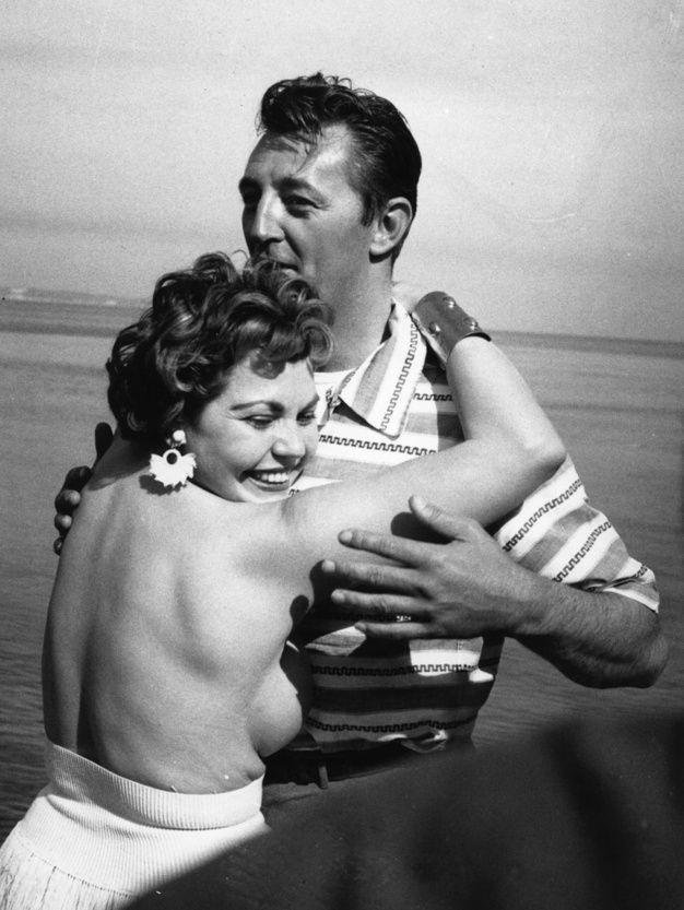 Il est courant, à cette époque, de voir des starlettes dégrafer leur haut de bikini sur la plage pour attirer l'attention des photographes. Elue Miss Festival, Simone Silva eut l'honneur de poser ainsi sans soutien-gorge avec Robert Mitchum qui n'avait pas ses mains dans les poches. L'image choque, le Festival lui demande de s'éclipser, et cette réputation dégradée empêchera l'apprentie comédienne de poursuivre sa carrière. Elle se suicidera en 1957
