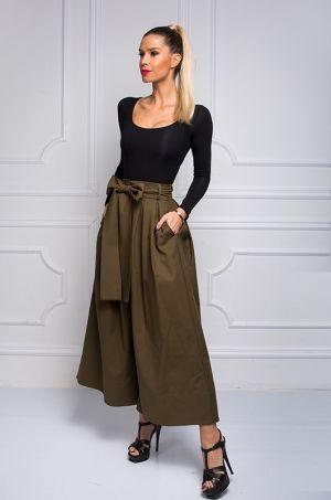 Extravagantné široké nohavice, s vreckami po bokoch, zapínaním v prednej časti, opaskom riešením ako mašľa. Jedinečný kúsok, ktorý si viete skombinovať s jednoduchou bielou blúzkou a zažiariť na akejkoľvek spoločenskej udalosti