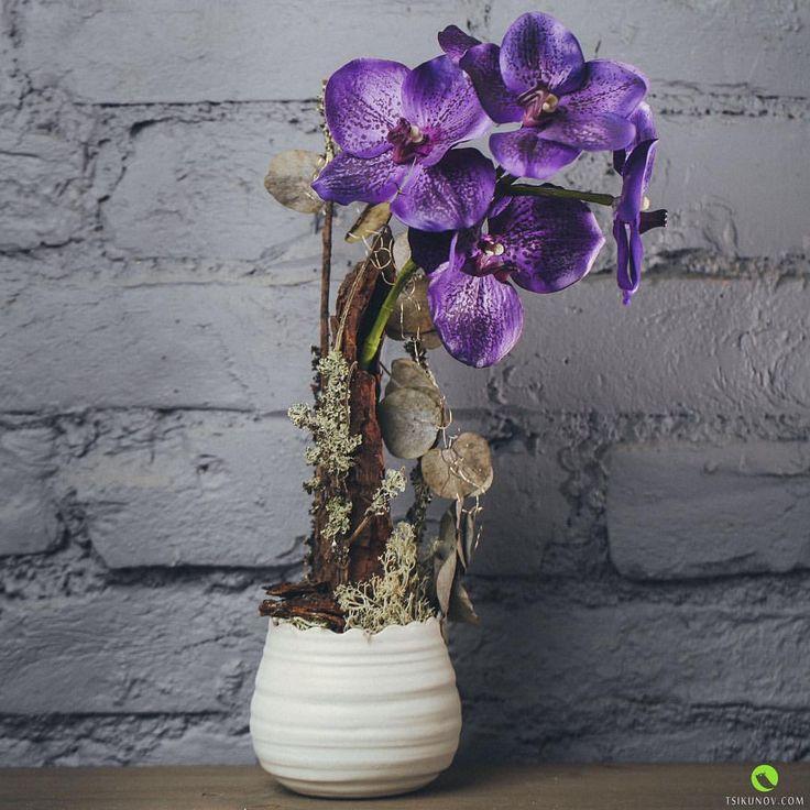 Сочетание искусственных цветов орхидеи Ванда и природного материала