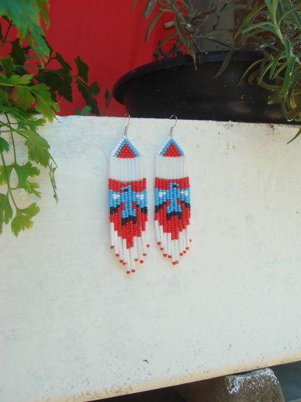 Brinco de Contas Águia (branco)  Feito de miçangas entrelaçadas à mão, uma a uma, esse par de brincos forma a imagem de uma águia na sua parte inferior.  Trabalho inspirado na tradição nativa norte-americana.