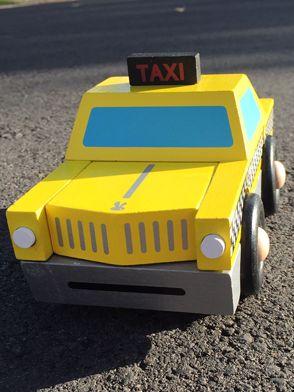 Janod skladačka Kit Magnet auto taxi je nádherná drevená hračka vhodná pre chlapcov od 2 do 6 rokov. Drevený taxík je veľmi zaujímavo prepracovaná hračka zložená z magnetických dielikov a tiež z dielikov, ktoré sa dajú zasunúť do hračky.