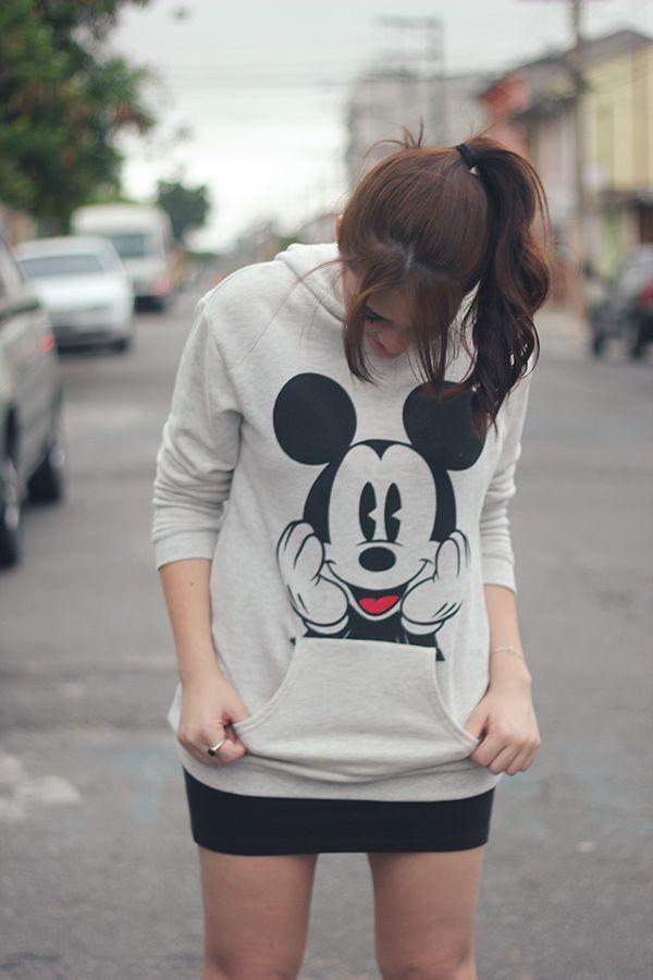 Moletom do Mickey + mini-saia + tênis pink