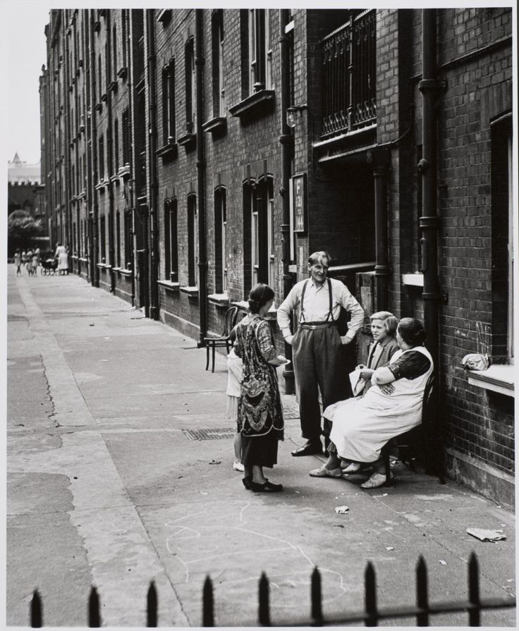 Wolfgang Suschitzky 'East End, London', c.1936, later print © Wolfgang Suschitzky