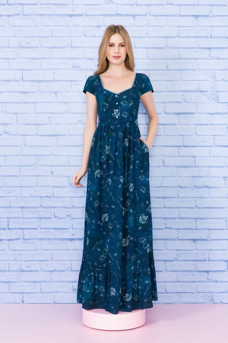 O vestido longo Constelação de Chá é uma das peças mais lúdicas da temporada. Feito em viscose, traz um caimento impecável, perfeito para qualquer ocasião, que te acompanha desde um passeio de domingo no parque ao casamento da amiga, ou àquele jantarzinho romântico.