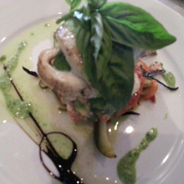 Rolls de trucha asada y glaseadas rellena de espinaca asada y verduras salteadas sobre ratatouille de verduras glaseadas al sesamo.