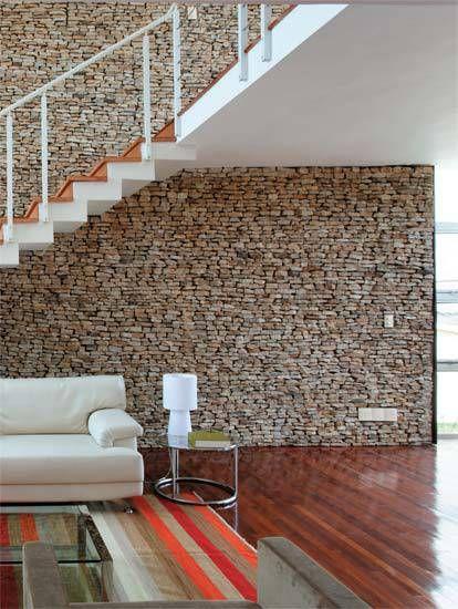 A escada foi moldada na obra e fixada na parede antes das pedras. Em vez de e...